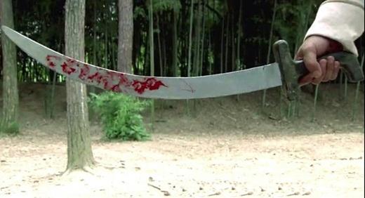 Nhưng chỉ lát sau thanh đao khi rời tay nữ nhân đã lênh láng máu?