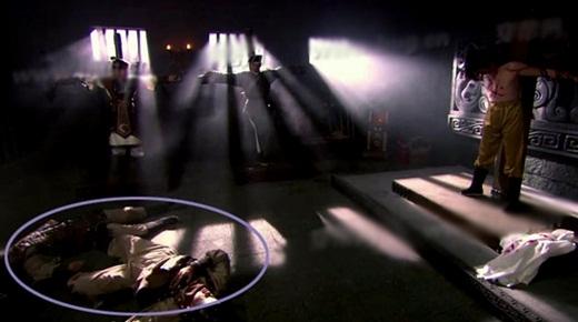 Nhưng chỉ trước đó một giây, hai thi thể được đặt lộn xộn như thế này.