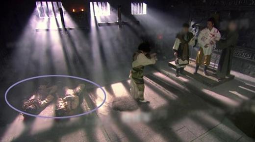 Ở cảnh này, những thi thể đã được đặt ngay ngắn
