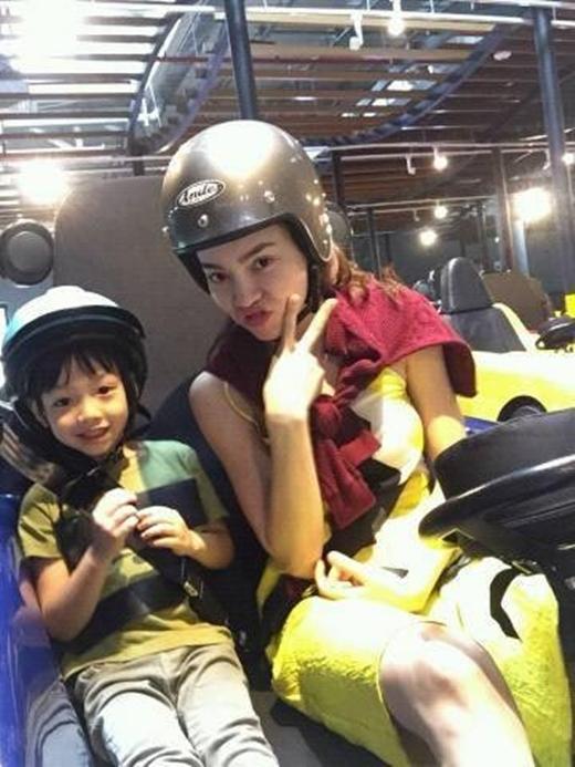 Hai mẹ con hí hửng tham gia trò chơi đua xe. - Tin sao Viet - Tin tuc sao Viet - Scandal sao Viet - Tin tuc cua Sao - Tin cua Sao