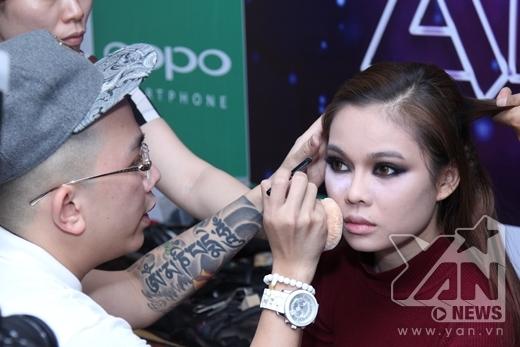 Giang Hồng Ngọc cũng đang make up chuẩn bị cho tiết mục của mình - Tin sao Viet - Tin tuc sao Viet - Scandal sao Viet - Tin tuc cua Sao - Tin cua Sao