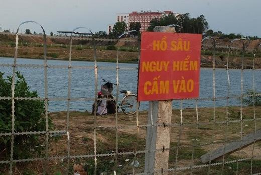 Những biển cảnh báo nguy hiểm được dán đầy khu vực hồ đá.