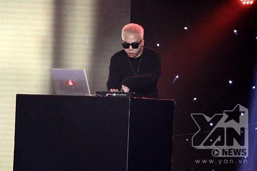 Lần đầu tiên, phù thủy DJ Touliver lên sân khấu hỗ trợ cho phần biểu diễn của Tóc Tiên. - Tin sao Viet - Tin tuc sao Viet - Scandal sao Viet - Tin tuc cua Sao - Tin cua Sao