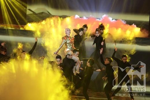 Sân khấu được trang trí bắt mắt bởi những hình nhân tượng nhảy múa để thể hiện được nội dung ca khúc. - Tin sao Viet - Tin tuc sao Viet - Scandal sao Viet - Tin tuc cua Sao - Tin cua Sao