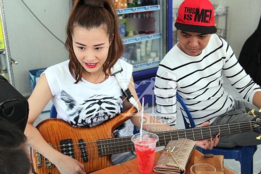 Đông Nhi trổ tài đàn ghi-ta trước thử thách nhạc rock - Tin sao Viet - Tin tuc sao Viet - Scandal sao Viet - Tin tuc cua Sao - Tin cua Sao