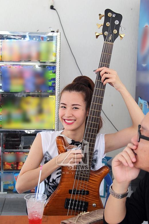 Dù chỉ là mượn thử của band nhạc nhưng trông cô nàng có vẻ thích thú với chiếc ghita này. - Tin sao Viet - Tin tuc sao Viet - Scandal sao Viet - Tin tuc cua Sao - Tin cua Sao