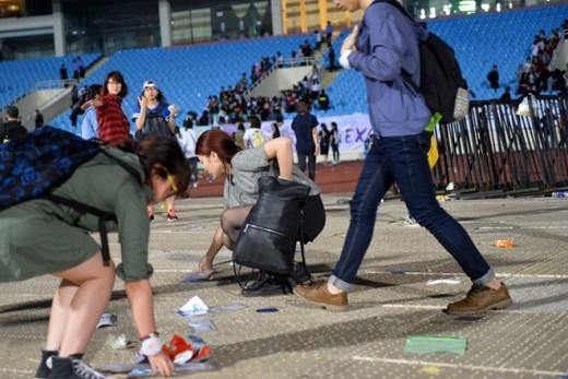 Fan Việt bám trụ nhặt rác sau show diễn gây ấn tượng mạnh