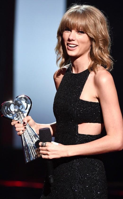 Người yêu tin đồn của ca sĩ Calvin Harris mặc bộ váy lấp lánh quyến rũ lộ làn da trắng mịn khiến không ít người phải ngoái nhìn.