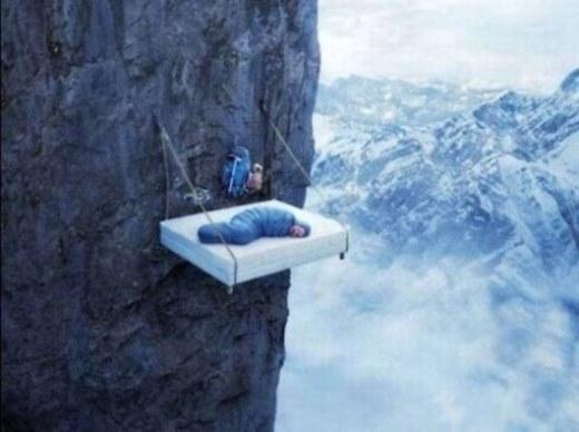 Muốn ngủ thì phải lựa chỗ nào nguy hiểm nhất để ngủ, như thế mới độc đáo chứ!