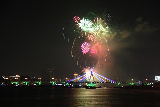 Lễ hội pháo hoa chắc chắn sẽ mang đến bữa tiệc ánh sáng đầy màu sắc cho du khách khi đến Đà Nẵng vào tháng 4.