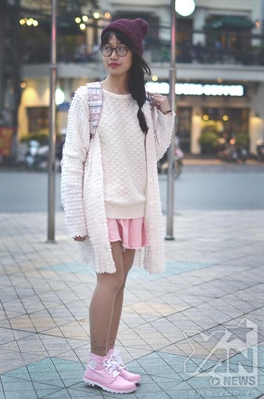 Đôi giày màu hồng khỏe khoắn cùng legging họa tiết siêu đáng yêu cũng khiến bộ trang phục chất hơn rất nhiều.