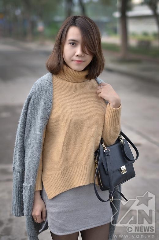 Nếu bạn muốn mình có chút nhẹ nhàng, nữ tính trong những ngày thời tiết se lạnh thì có thể áo dụng cách kế hợp áo len với váy cùng với khoác len dáng dài khoác hờ bên ngoài. Những phụ kiện như nhẫn, túi xách da sẽ tạo thêm điểm nhấn cho bạn.