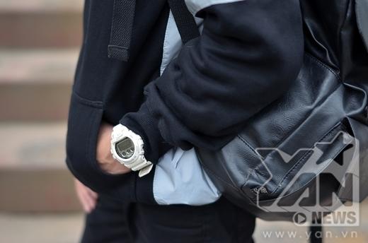 Cậu bạn còn tinh tế kế hợp chiếc đồng hồ trắng chung với set đồ đen đã tạo nên điểm nhấn cá tính và không nhàm chán.