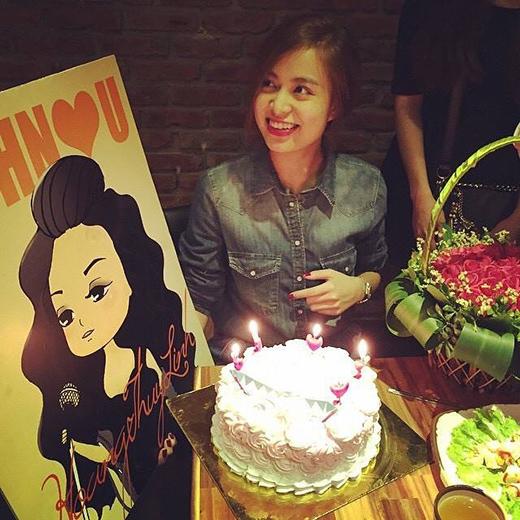 Hoàng Thùy Linh hạnh phúc với chiếc bánh gato cùng giỏ hoa to đùng fans tặng nhân kỷ niệm 5 năm đi hát của mình. Cô nàng không giấu được xúc động trước tình cảm của các fans, và ngay lập tức đặt bức ảnh làm avatar cho trang cá nhân của mình.