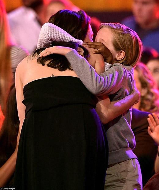 Shiloh và Zahara đã đứng dậy khi Angie chuẩn bị lên sân khấu để ôm chặt lấy mẹ một lần nữa