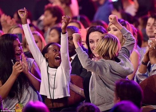 Hai cô con gái của Angie đã vô cùng phấn khích