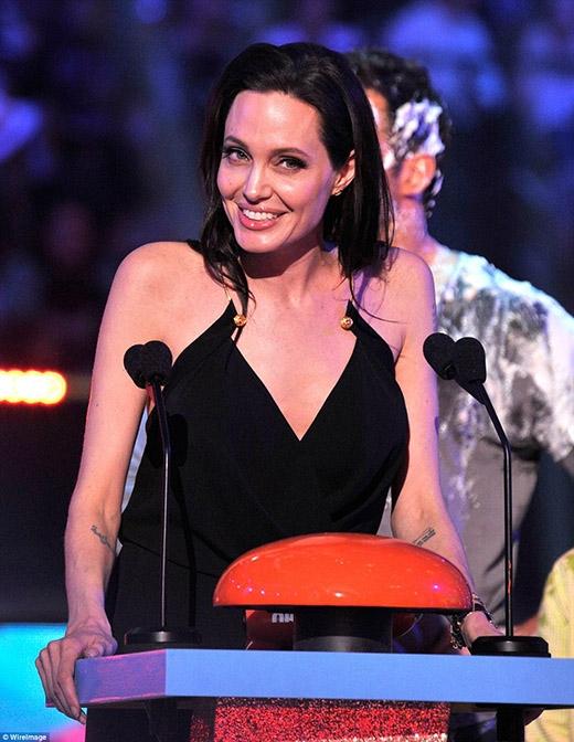 Dậy sóng với khoảnh khắc đáng yêu của mẹ con Angelina Jolie