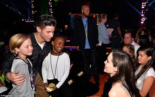 Sau khi ăn mừng chiếc cúp của mẹ, cặp đôi Shiloh và Zahara không quên chụp ảnh cùng nam ca sĩNick Jonas