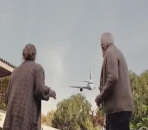 Cảnh máy bay lao thẳng xuống nhà Gabriel Pasternaknơi cha mẹ của nhân vật chính đang đứng