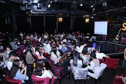 Rất nhiều khán giả hâm mộ đã có mặt từ hơn một tiếng trước khi chương trình bắt đầu để có thể giành một chỗ ngồi gần thần tượng âm nhạc của mình. - Tin sao Viet - Tin tuc sao Viet - Scandal sao Viet - Tin tuc cua Sao - Tin cua Sao