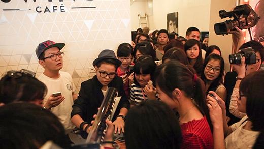 Fan nữ sung sướng khi liên tục được ôm Vũ Cát Tường - Tin sao Viet - Tin tuc sao Viet - Scandal sao Viet - Tin tuc cua Sao - Tin cua Sao