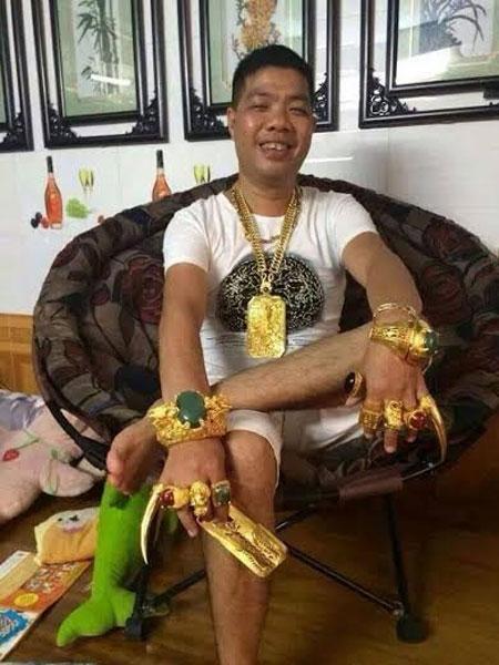 Chân dung vị đại gia có sở thích đeo nhiều vàng.