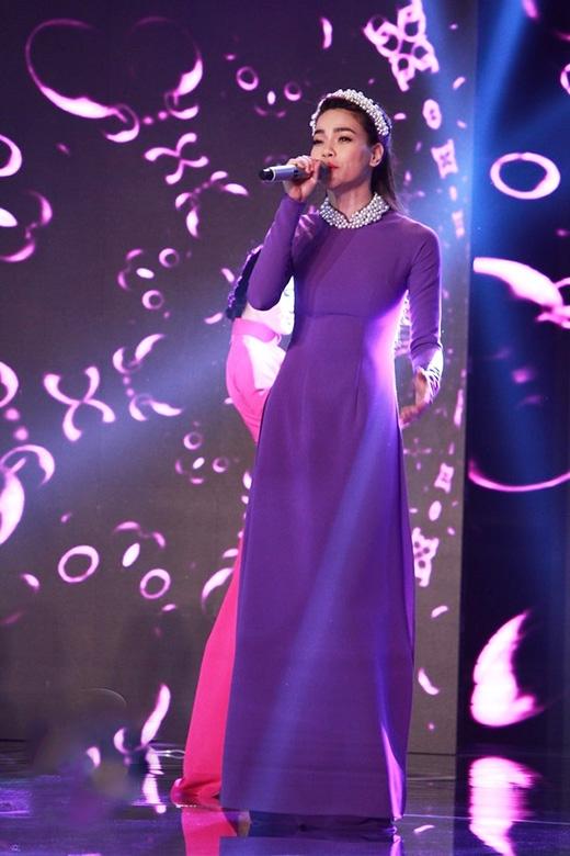 Hồ Ngọc Hà đầy quyến rũ với áo dài đơn sắc