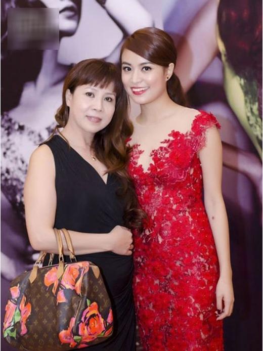 Mẹ Hoàng Thùy Linh rất trẻ trung và xinh đẹp. - Tin sao Viet - Tin tuc sao Viet - Scandal sao Viet - Tin tuc cua Sao - Tin cua Sao
