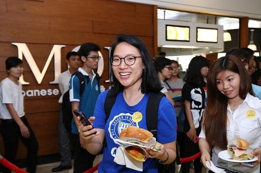Niềm vui của những thực khách tham gia ngày hội bánh mì