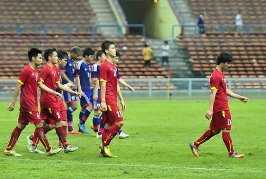 Sự thiếu tập trung ở phút bù giờ khiến Olympic Việt Nam chịu bàn thua thứ hai trước Nhật Bản. Thất bại 0-2 khiến nhiều cầu thủ thẫn thờ khi trọng tài nổi còi kết thúc trận đấu.