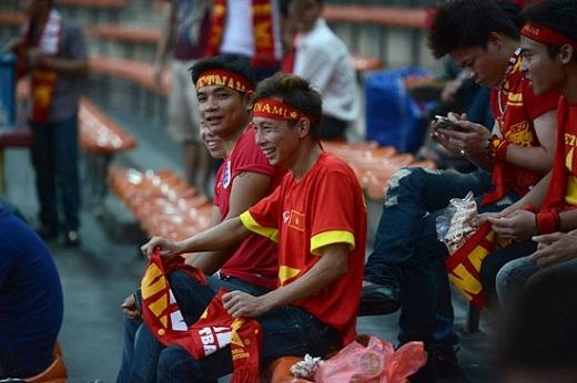 Khoảng hơn 2.000 CĐV Việt Nam đội mưa tới theo dõi trận đấu.