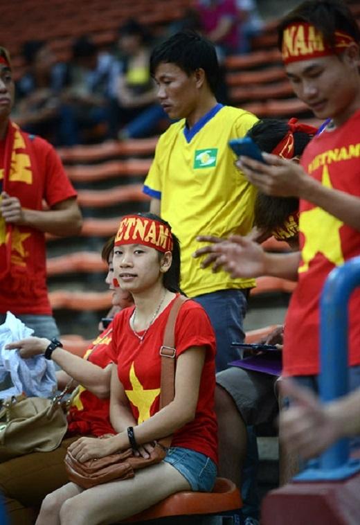 Các fan mặc áo đỏ, chuẩn bị cờ băngrôn đầy đủ.