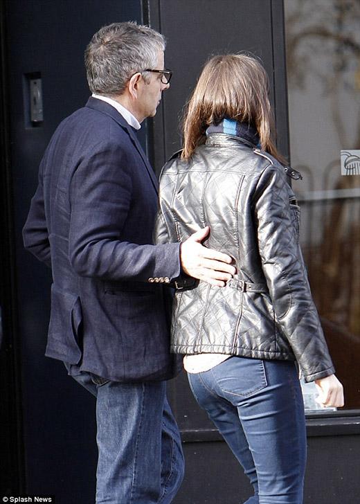 Bất ngờ với hình ảnh Mr. Bean hẹn hò bạn gái kém 30 tuổi