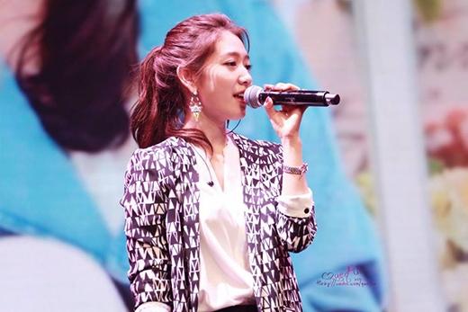 Park Shin Hye ghi điểm trong mắt fan với trái tim ấm áp