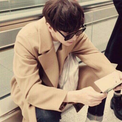 Kwangsoo chăm chú đọc passport của mình.
