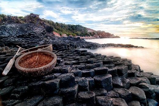 Gành đá đĩa là một danh thắng của Phú Yên được công nhận là thắng cảnh thiên nhiên cấp quốc gia vào năm 1998. Đây là một địa điểm tham quan thu hút rất đông du khách trong và ngoài nước.