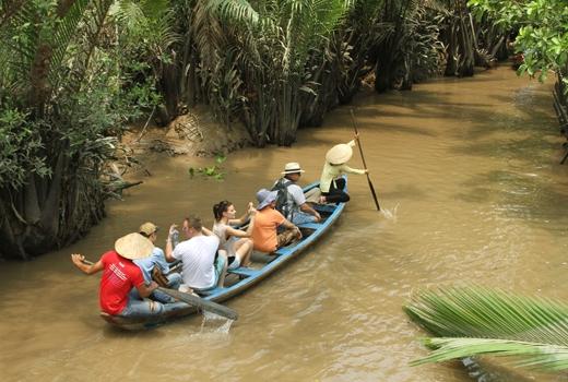 Không chỉ được tham gia vào lễ hội của đồng bào Khmer, du khách còn được khám phá cuộc sống sông nước đầy thú vị của người dân nơi đây.