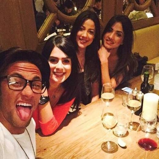 Neymar cặp kè cùng lúc 3 người mẫu xinh như mộng