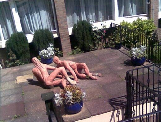 Không hiểu lý do gì mà người ta lại để hai bức tượng lõa thể này trong khuôn viên khách sạn Clarendon, London, Anh.
