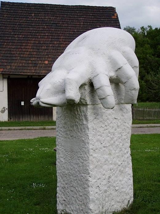 Bức tượng Cheese Mite (Wurchwitz, Đức) này nhằm tôn vinh phương pháp làm pho mát truyền thống. Tuy nhiên nhiều du khách nói rằng họ thật sự rất khó tưởng tượng ra cách làm pho mát khi nhìn vào bức tượng này.