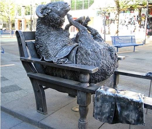 Bức tượng con cừu vô cùng khó hiểu được đặt tại Australia