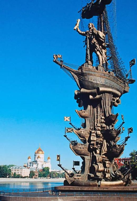 Đây là một bức tượng vĩ đại ở Moscow, Nga. Nó được xây dựng bởi Zurab Tsereteli vào năm 1997. Nhưng về độ thẩm mỹ thì thật sự rất khó để đánh giá.