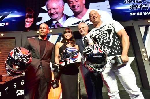 Nữ diễn viên xinh đẹp Michelle Rodriguez cùng hai bạn diễn Vin Diesel và Jason Statham