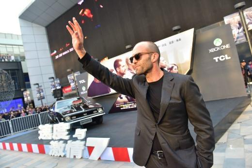 Diễn viên Jason Statham lịch lãm trong bộ vest đen
