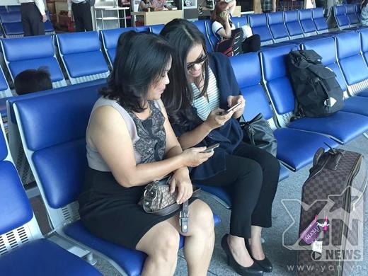 Phương Vy cùng mẹ tại sân bay sáng nay - Tin sao Viet - Tin tuc sao Viet - Scandal sao Viet - Tin tuc cua Sao - Tin cua Sao