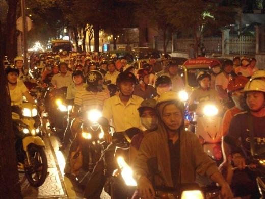 Hàng ngàn xe máy đứng chôn chân trên đường Pasteur, quận 1