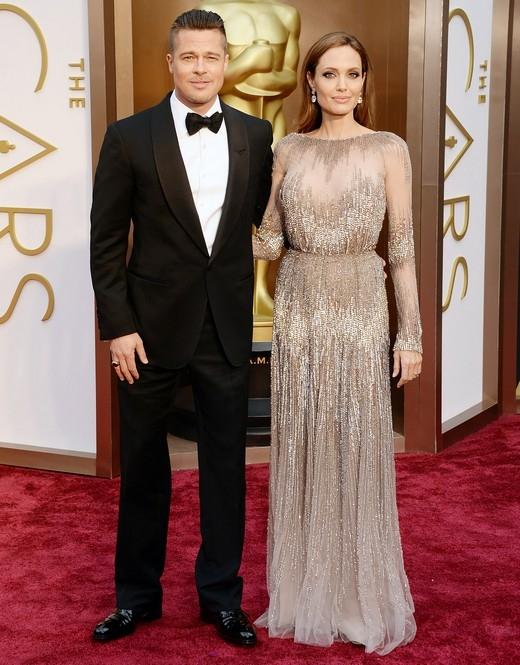 """Khi Brad Pitt và Jennifer Aniston còn là vợ chồng, nam diễn viên đã chối bỏ hết các tin đồn cho rằng anh và Angelina Jolie nảy sinh tình cảm với nhau khi đang đóng phim Mr & Mrs. Smith. Đến năm 2011, Angelina Jolie lại chia sẻ rằng một ngày nào đó các con của họ sẽ rất trân trọng bộ phim này bởi vì: """"Không nhiều người có cơ hội được xem một bộ phim mà trong đó bố mẹ của họ phải lòng nhau."""""""