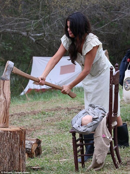 Selena Gomez xơ xác bế con nhỏ đi bổ củi