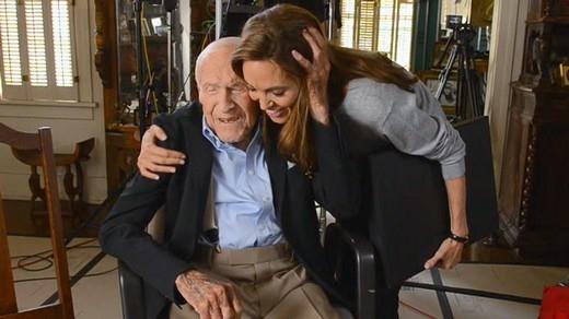 Angelina Jolie cùngLouis Zamperinitrước khi ông mất