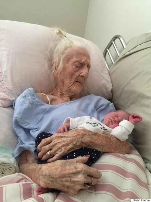Xúc động với bức ảnh cụ bà 101 tuổi ôm chắt trước khi qua đời